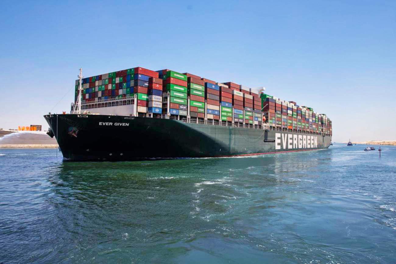 O EVER GIVEN Largou do Canal de Suez na Quarta-Feira